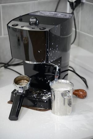 hot temper: máquina de café espresso y leche salpicado cocina al vapor