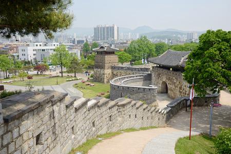 SUWON, KOREA - MAY 02, 2014: West Gate of Suwon Hwaseong, called Hwaseomun 新聞圖片
