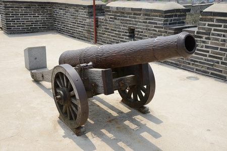 muzzleloader: a smoothbore muzzle-loader cannon introduced to China and Korea from the Dutch Republic in the late 16th century