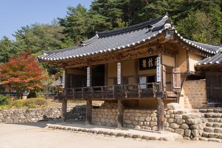 casa vecchia: Yeongju, COREA - 15 ottobre 2014: vista tutta Indong Jang famiglia vecchia casa in Seonbichon citt� vecchia.