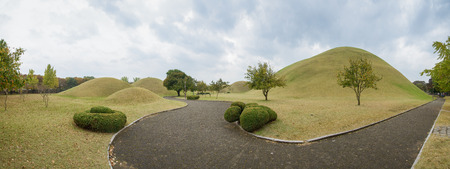 tumbas: Gyeongju, Corea - 20 de octubre 2014: Daereungwon antiguas tumbas, tumbas reales en la Silla Era. Situado en Gyeongju, Corea. Editorial