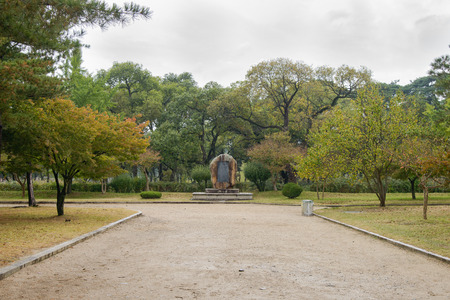tumbas: Gyeongju, Corea - 20 de octubre 2014: Las Tumbas Oreung son cinco tumbas de la dinast�a Silla, situado en Gyeongju, Corea. El Oreung significa cinco tumbas.