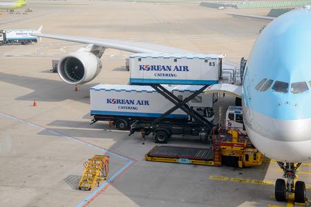 carga: Incheon, Corea - 29 de julio 2013: Avión de Korean Air, la carga se beding cargado.