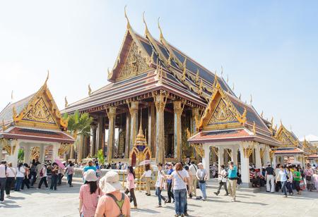 templo: BANGKOK, Tailandia - 29 de diciembre de 2012: Capilla del Buda de Esmeralda en el templo esmeralda Editorial