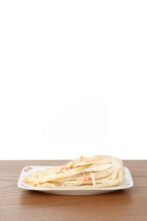 uncut: uncut Baek-gimchi su un piatto di legno, isolato su bianco Archivio Fotografico