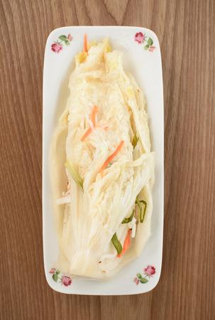 uncut: primo piano di uncut Baek-gimchi su un piatto di legno
