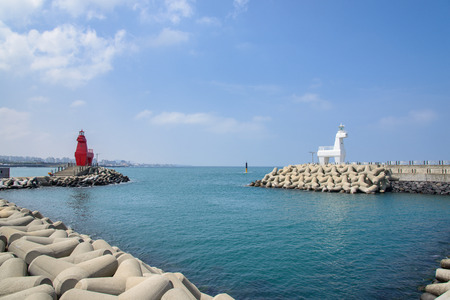 horse shaped lighthouse on a breakwater with tetrapod near the Iho Teu beach in Jeju Island, Korea. Imagens - 39483031