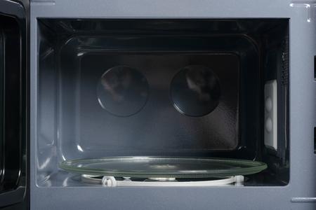 microondas: Vista interior del microondas se abrió con la placa de cristal Foto de archivo