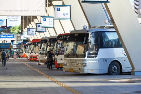passenger buses: Seúl, Corea - 18 de septiembre de 2015: Vista de Seúl terminal de autobuses expresos en una mañana. Seúl terminal de autobuses Express es la principal terminal de autobuses situada en Seocho-gu y opera rutas a las ciudades cercanas a la línea de Gyeongbu.