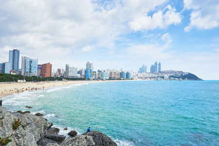 Haeundae beach is Busan's most popular beach because of its easy access from downtown Busan. And It is one of the most famous beaches in South Korea. Banque d'images