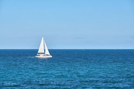 wit luxejacht die op zee op een achtergrond van horizon varen