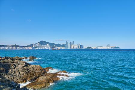 schlagbaum: Gwangan Big Bridge und Haeundae in Busan, Korea. Die H�ngebr�cke ist ein Wahrzeichen von Busan. Haeundae-gu ist ber�hmt f�r eines der beliebtesten Strand in Korea. Lizenzfreie Bilder