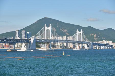 schlagbaum: Gwangandaegyo. Es ist eine große Hängebrücke und ein Wahrzeichen befindet sich in Busan, Korea. Die Brücke verbindet Haeundae Bezirk und Suyeong Bezirk.