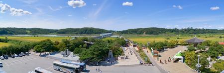 Paju, Corea - 13 settembre 2016: Paesaggio del fiume Imjin, vista dalla costruzione di osservazione nel parco Imjingak. Il parco ha molte statue e mouments riguardanti la guerra di Corea. Editoriali