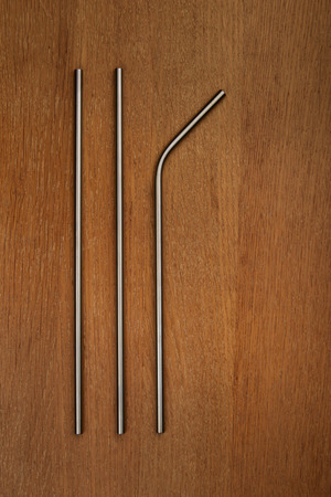 reusable stainless steel straws on a wooden table Stockfoto