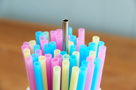 reusable stainless steel straw with disposable straws Foto de archivo