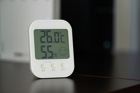 primo piano del termometro digitale per interni con monitor di umidità humidity