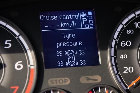 Affichage de surveillance TPMS (système de surveillance de la pression des pneus) sur le tableau de bord d'une voiture