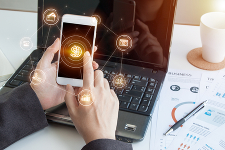 Online bankowość płatności komunikacji sieciowej technologii cyfrowej rozwoju aplikacji rozwój mobilnych smartphone sync app: zamknąć strony kobieta biznesowych / mężczyzna posiadania telefonu komórkowego z Mobile bankowości ikonę przepływu