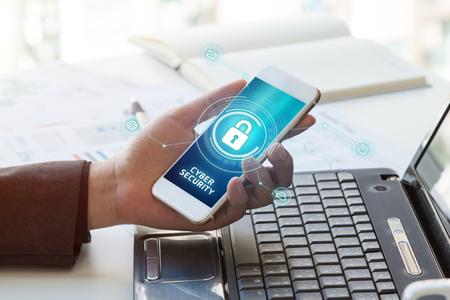 Concepto de negocio, tecnología, Internet y redes. Hombre de negocios trabajando en su computadora portátil y móvil en la oficina seleccione el icono de seguridad en la pantalla virtual. La seguridad cibernética