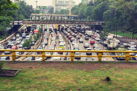 メキシコシティのクロス処理フィルターとラッシュ時の交通渋滞 報道画像