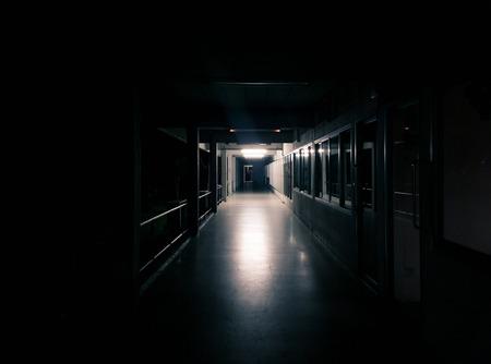 Dunkle Flur des Gebäudes mit vielen Tür - Licht glänzen vom Ende des Korridors