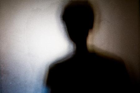 Ombres de personne avec verre dépoli - fond de concept de violations