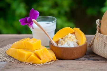 Still life sweet sticky rice with mango (Barracuda mango) and coconut milk. Foto de archivo
