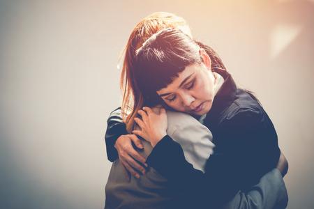 2 人の女性は、コンソールに抱擁します。 写真素材
