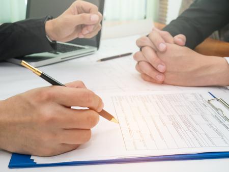 Geschäft mit Partnern , die ein Dokument unterzeichnet