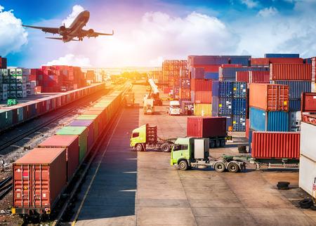 Koncepcja logistyki biznesowej, samolot, samochód ciężarowy i pociąg na tło logistyczne Import Export.
