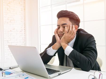 Zakenman of werknemer moe op het werk saai.