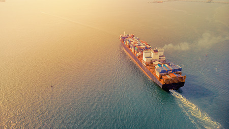 Luchtfoto bij zonsondergang. De lading wordt vanuit Thailand naar Singapore, Hong Kong en Maleisië verscheept. Het is een belangrijke internationale handel. Watertransport en logistieke concepten.