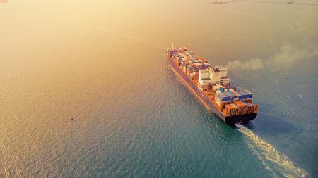 Luftbild bei Sonnenuntergang. Die Fracht wird von Thailand nach Singapur, Hongkong und Malaysia verschifft. Es ist ein wichtiger internationaler Handel. Wassertransport- und Logistikkonzepte.