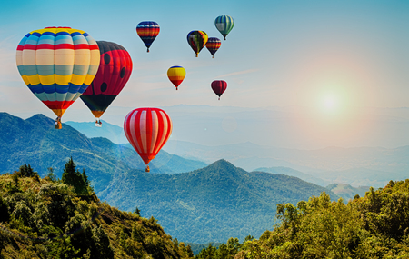 Schöne Ansicht des Berges mit Heißluftballons am Morgen bei Thailand. Standard-Bild