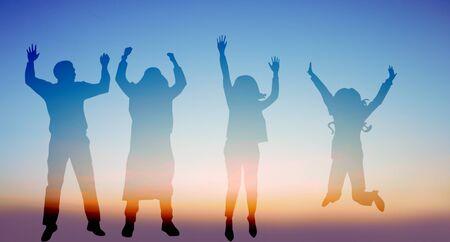 Erfolg der Teamarbeit Zusammenarbeit und Freiheit auf Silhouette Sonnenuntergang Hintergrund Unternehmenskonzept.