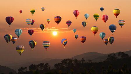 Heißluftballon über dem hohen Berg bei Sonnenuntergang
