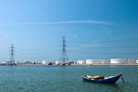 industria petroquimica: Barco de pesca peque�os sobre industria petroqu�mica