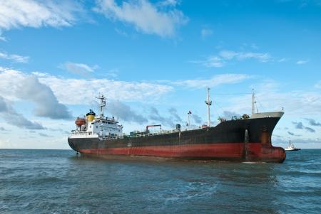 Nave cargo arenata sulla riva rocciosa in attesa di soccorso