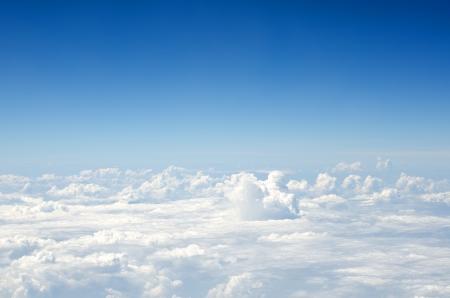 Wolken, ein Blick aus dem Flugzeug-Fenster Standard-Bild