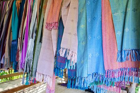 tela algodon: Tejido de tela de algodón en el pueblo Karen, Chiang Mai, Tailandia