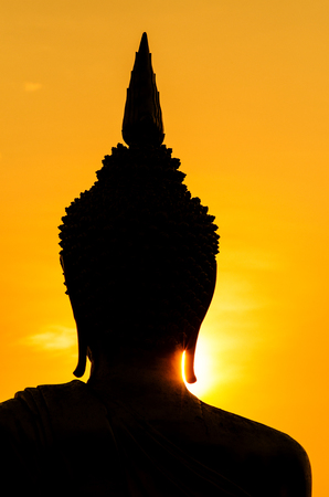 Flare über Silhouette der Buddha-Statue in Thailand Standard-Bild - 87894893