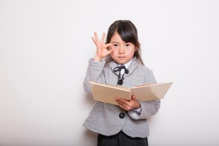 研究の手に準備ができている若い学校の女の子 写真素材