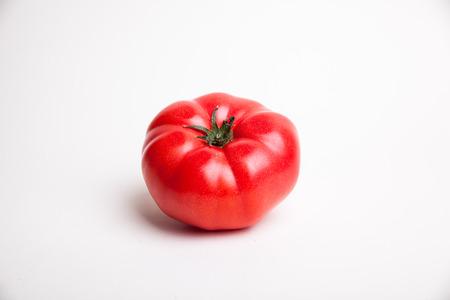 白い背景の赤いトマト