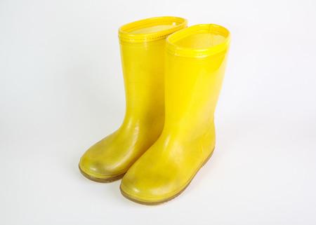 botas de lluvia: botas de lluvia de goma amarillo sobre fondo blanco Foto de archivo