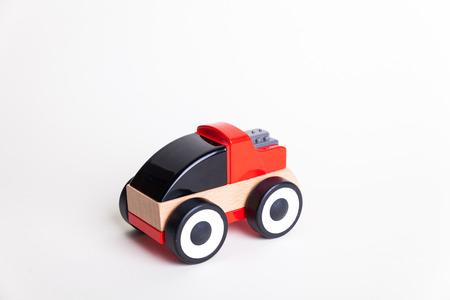 白い背景の車木のおもちゃ 写真素材