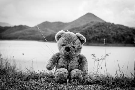 juguetes antiguos: Teddy bear solo sentarse en el río, triste concepto