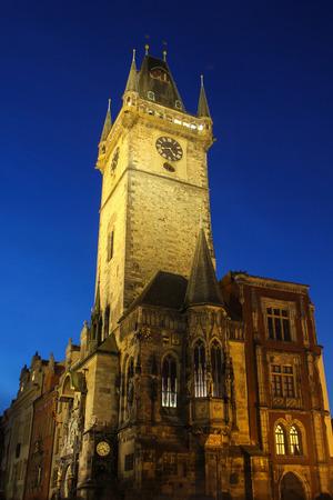 iluminated: Iluminado reloj astron�mico de Praga durante la Navidad. Foto de archivo