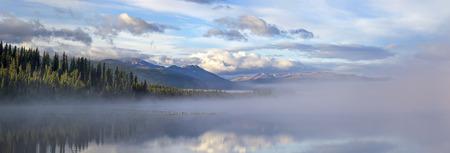 안개가 아침에 Morchua 호수의 전경