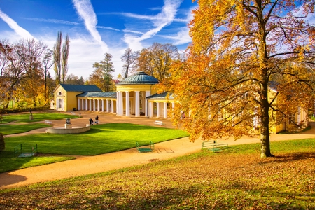 페르디난드 봄 열주 - smalll west 보헤미안 온천 마을 Marianske Lazne (Marienbad) - 체코 스톡 콘텐츠